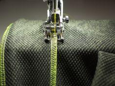Ich bin ein großer Fan von hübschen Coverlocknähten. Mit kontrastreichem Garn lassen sich wunderschöne Ziernähte zaubern, die der genähten Kleidung das gewisse Etwas verleihen.  Was macht man aber, wenn man (so wie ich) nicht im Besitz einer Coverlock-Maschine ist? Dann setzt man sich eben an seine Overlock und geht wie folgt vor: 1. Schritt Man sucht sich Garnkonen in einer schönen (leuch ...