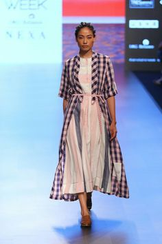 Tahweave at Lakmé Fashion Week summer/resort 2018 Fashion Week 2018, Lakme Fashion Week, Spring Fashion Trends, Iranian Women Fashion, Indian Fashion, Indian Wedding Outfits, Indian Outfits, Simple Dresses, Casual Dresses