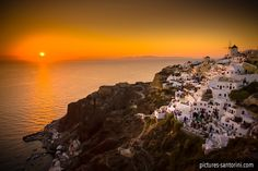 The famous sunset in Oia, Santorini. Hordes of tourists are waiting patiently for cheering and applauding the sunset. Oia Santorini, White Building, Acropolis, Ancient Greece, Beautiful Islands, Places To Travel, Wanderlust, Photos, Pictures