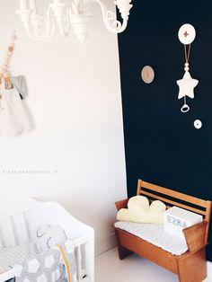 Babykamer-zwarte-muur-idee | Bekijk het hele kamertje op Kinderkamerstylist.nl