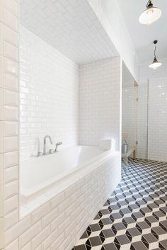 carrelage métro blanc, baignoire encastrée et carrelage imitation carreaux de ciment