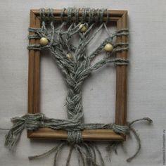 Люблю плести: из бисера, шнуров, ниток. Нашла в закромах какие-то рамочки без стекла и задней стенки и захотелось найти им полезное применение, а заодно и поплести. Вам потребуется: деревянная рамка; льняной (джутовый, бумажный) шпагат или вязальные нитки; бусины; клей ПВА. Дерево с голыми ветвями От шпагата отрежьте 15-20 нитей (их количество зависит от ширины рамки). Длина каждой нити долж…