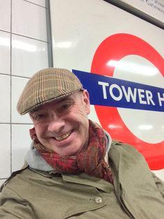 Mackintosh Mantel mit Johnson Mütze im Großstadteinsatz