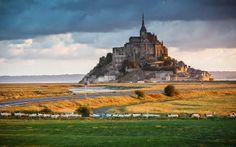 Perto da fronteira entre a Normandia e a Bretanha, ergue-se o famoso Mont de Saint-Michel, banhado pelas maiores marés da Europa.