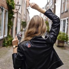 @fablefrique's motto: ultimate freedom is… walking away from negativity. She's wearing a classy Esprit watch adding a chic touch to her black leather jacket. To see more our Esprit watch collection see https://www.uretilalt.dk/brands/esprit-ure