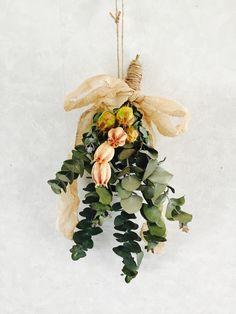 海外ではリースとともになじみのある伝統的なクリスマス飾りのひとつ「スワッグ(英語:Swag)」。ここ数年、このスワッグが日本でも大人気!リースよりも作り方が簡単で、表情に変化があるのも人気の理由。季節の花やユーカリなどを使って、自宅で手作りする方も増えています。材料はドライフラワーでもOKですので、みなさんも自分だけのスワッグを作ってみませんか?基本の作り方やアレンジ、そしてスワッグの飾り方などさまざまにご紹介します。 Small Bouquet, Dried Flower Bouquet, Dried Flowers, Christmas Floral Arrangements, Flower Arrangements, Flower Decorations, Christmas Decorations, Flower Power, Diy And Crafts