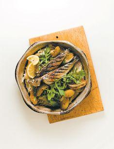 Chiffonnade de roquette et pommes de terre. 500 ml (2 tasses) de pommes de terre Ratte (ou autre) avec ou sans la pelure, en quartiers ou en dés, cuites 1 oignon Vidalia finement émincé 3 gousses d'ail sans le germe finement émincées 60 ml (1/4 tasse) d'huile d'olive extra vierge Fleur de sel 1 pincée de piment de Cayenne 1 l (4 tasses) de jeunes pousses de roquette Jus de citron ou balsamique traditionnel Huile d'olive extra vierge Poivre frais moulu #roquette #pommedeterre #huile #olive