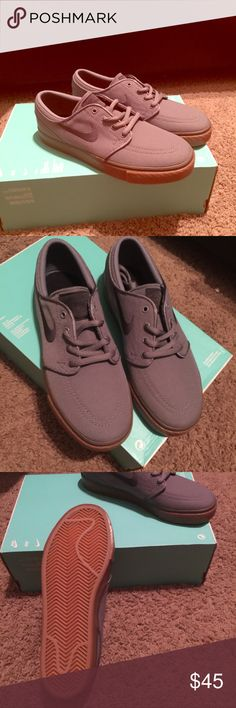 Gray Boys Nike Shoes Boys gray low top nike shoes. This is size 5 in boys. Great colors for everyday wear. Nike Shoes Sneakers