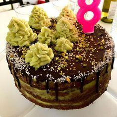 Pistáciový perníkový dort se švestkovými povidly, máslovým pistáciovým krémem a čokoládovou polevou / Pustacchio gingerbread layered cake with plum spread, pistacchio buttercream amd chocolate glaze