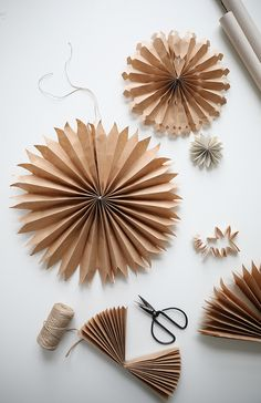 DIY: paper stars (trend trends) - Joyeux - DIY: paper stars Informations About DIY: Pappersstjärnor (Trendenser) Pin You can easily use my pr - Natural Christmas, Noel Christmas, Simple Christmas, Christmas Crafts, Christmas Ornaments, Christmas Paper, Christmas Origami, Navidad Simple, Navidad Diy