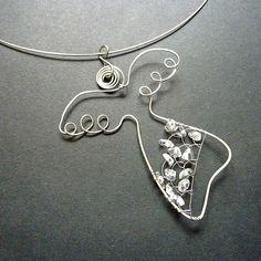Křišťálový andělíček - chirurgická ocel Hanging Decorations, Wire Crafts, Beads And Wire, Wire Art, Lucky Charm, Hanging Art, Christmas Angels, Macrame, Angeles