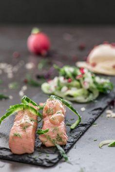 Marinierter Lachs mit Meerrettich-Mousse und Gurkensalat