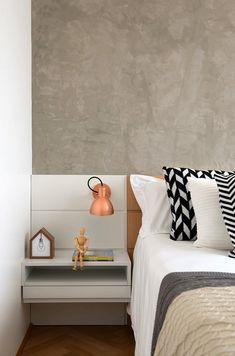 Decoração de apartamento criativo. No quarto, cimento queimado, tons neutros, luminária de parede, quadro.    #decoracao #decor #details #casadevalentina