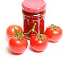 Tomates y pasta de tomate (a opción) para preparar el borshch.