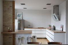 Et køkken der rammer plet med min smag. Elsker træbordpladen, metro fliserne og at der ingen overskabe er.