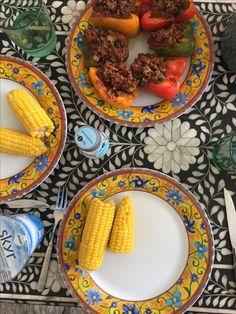 Fyldte peberfrugt med majs 🌽🍴     3 peberfrugter   Hakket oksekød   1 løg   2 fed hvidløg  1 squash   1 dåse sorte bønner   1 dåse hakkede tomater   1 okseboullion   Krydderier   Parmesan   Skyr (som tilbehør)   Friske majskolber