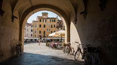 In una cinta muraria intatta, a passeggio tra monumenti gioiello e botteghe di griffe locali, una passeggiata nella piccola città del nord della Toscana è un tuffo nel passato. Sino alla Piazza Anfiteatro, un nome che parla da sé
