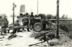Britse infanterie met geschut vlakbij de Waalbrug.