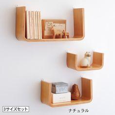 美しい曲げ木の小棚なら何を飾っても映える。