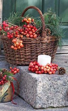 Beautiful autumn decoration with little apples (Halloween Diy Deko) Fruits Decoration, Apple Decorations, Basket Decoration, Christmas Decorations, Courge Halloween, Deco Floral, Country Christmas, Fall Crafts, Fall Halloween