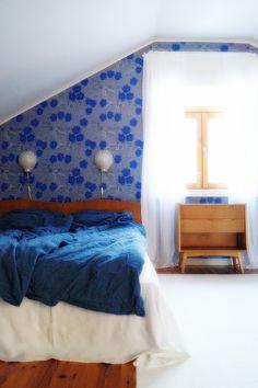makuuhuone, kiurujen yö, vanha yöpöytä, vanha sängynpääty, simpukka lamppu Vintage Furniture, Nest, Sweet Home, Bedrooms, Homes, Colours, Wallpaper, Interior, Inspiration