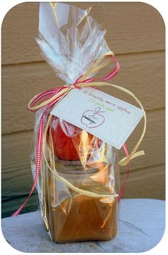 I love this fall gift idea. A jar of homemade caramel sauce, add an apple and the adorable FREE printable tags.(If Friends were apples, I'd pick you! maybe a fall wedding favor? Fall Gifts, Holiday Gifts, Christmas Presents, Xmas, Craft Gifts, Diy Gifts, Apple Gifts, Homemade Caramel Sauce, Secret Santa
