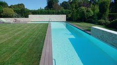 Deux fonctions pour cette piscine, en béton armé revêtu de résine, composée de deux espaces : un couloir de nage de 19,81 x 3,36 m et un carré de détente (4,82 x 4,94 m) séparés par un muret immergé (architecte Éric Perrier, Idoine Piscines Paris).