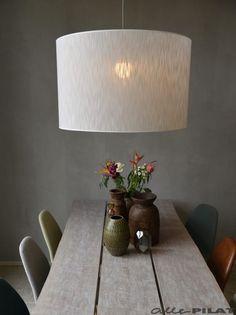 Grote ronde hanglamp Cil heeft een witte kap - Woonwinkel Alle Pilat