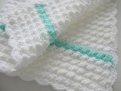 Deka pro miminko Háčkovaná deka pro miminko, do kočárku nebo do postýlky, rozměry 60 x 80 cm, bílá se zelenkavými proužky po straně, vyrobeno z měkoučkého acrylu s atestací pro nejmenší