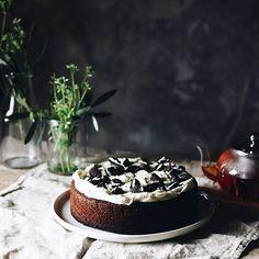 Oreo cake ••• Hoy tenia ganas de preparar algún pastel pero no sabía cual, después de darle muchas vueltas me he decidido por preparar un pastel de oreo, el suave bizcocho casa genial con la crema de queso y el crujiente de las galletas. Este pastel me recuerda a las pelis americanas, esas tartas enormes y esos batidos que son total food porn. Y a vosotros que pastel os gusta mas?? // #bakealvarofood