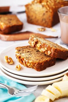 This Starbucks Copycat Banana Bread recipe is a delicious sweet bread loaded with walnuts and delicious bananas. It's pure comfort and tastes amazing warm with a bit of butter! Loaf Recipes, Banana Bread Recipes, Keto Recipes, Dessert Recipes, Desserts, Starbucks Banana Bread, Pinterest Recipes, Sweet Bread, Copycat Recipes