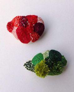 12月25日まで開催している 湘南・蔦屋書店での『 大切な人に贈る gift 』展。 出展作品のご紹介です。  森田MiW 作 『苔石の刺繍ブローチ』です。  ころん、と小さな石に それぞれ個性的に棲み着いた苔。 雨の日はしっとり。 晴れ続きの時はパサパサと。 いつだって可愛く佇んでいる。 そんな苔石を胸元に。  『緑の苔石』 『紅の苔石』  ★ブローチはオリジナルの箱入り。  お買い上げ後すぐにお持ち帰りいただけます。  ****************************************  [ イベント詳細 ] http://real.tsite.jp/shonan/event/2015/11/-giftyosinobumiwbuomi.html  とき :2015年11月25日(水)〜12月25日(金) 8:00〜23:00 無休 ところ:湘南T-SITE 2号館1階 蔦屋書店      〒 251-0043 神奈川県藤沢市辻堂元町6丁目20番-1 0466-31-1510 (最寄り駅:藤沢駅・辻堂駅・本鵠沼駅)…