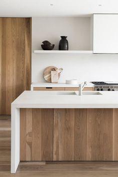 Wit kookeiland met houten deurtjes = mooi