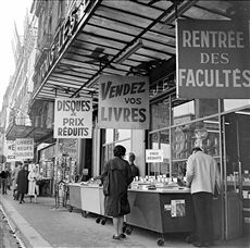 La librairie Gibert Jeune, quai Saint-Michel. Paris, vers 1960.
