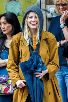 Emma Stone hat ihren Bob für Schulterlänge, Platin-Blonde Erweiterungen 3