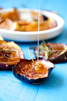 The recipe for Oven Roasted Figs couldn't be easier! Put everything in the oven and forget them for 40 min! Rosemary makes these baked figs extra tasty! Fig Recipes, Gourmet Recipes, Sweet Recipes, Dessert Recipes, Crepe Recipes, Gourmet Foods, Waffle Recipes, Burger Recipes, Healthy Desserts