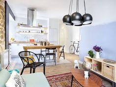 Criatividade, simplicidade e amor, tudo isso se resume a nossa casa de hoje. As paredes foram pintadascom um jeito charmoso e cheio de coreslindas. Uma parede da cozinha foi pintadacom tinta lousa para deixar o ambiente mais descontraído. A cozinha e a sala são integradas, mas a decoração deixou os ambientes bem aconchegante. O banheiro…
