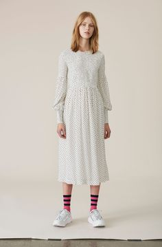 5b6d8e72bea Long dress with smock and a round neckline. Smocking, Brudekjoler,  Sweatere, Hvordan