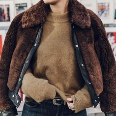 Turtle neck camel jumper and a brown faux fur coat layered is the perfect winter attire. Looks Street Style, Looks Style, Style Me, Look Fashion, Womens Fashion, Fashion Trends, Fashion Mode, 90s Fashion, Fall Fashion