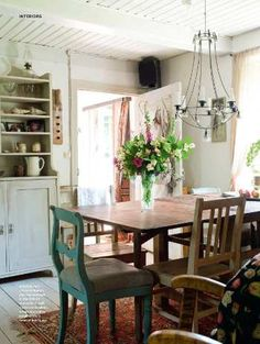 I would eat pie here. Rustic Kitchen, Funky Kitchen, Kitchen White, Rustic Table, Country Living Uk, Country Dining Rooms, Country Home Magazine, Prairie Style Houses, Country Interior