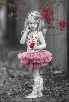 Selected color / B & W photo idea Color Splash, Color Pop, Colour, Splash Photography, Color Photography, Beautiful Children, Beautiful Babies, Girl Pictures, Girl Photos