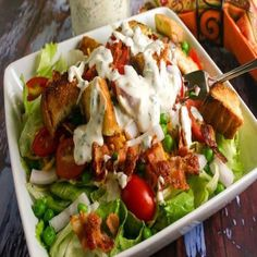 Seven Layer Salad. Fresh veggies bacon and homemade croutons are topped with a homemade Parmesan Ranch Dressing. Side Dishes Easy, Side Dish Recipes, Dinner Dishes, Food Dishes, Soup And Salad, Pasta Salad, Seven Layer Salad, Healthy Salad Recipes, Savory Salads