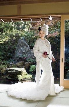 shiromuku - Japanese bridal kimono - white - wedding - Japan - beautiful v Japanese Wedding Kimono, Japanese Kimono, Geisha, Wedding Gowns, Bridal Gowns, Modern Kimono, Japanese Costume, Japanese Outfits, Kimono Dress