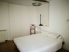 dormitorio con puerta de vestidor integrada en pared piso, parte vieja, san sebastian
