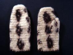 nalbound mittens, 1929,  The National Museum of Finland,  made of home spun white and black wool yarn; käsineet; neulakintaat Hämäläinen Hilma 1929 The National Museum of Finland Valkoisesta ja mustasta kotona kehrätystä villalangasta tehdyt neulakintaat. Musta lanka muodostaa kintaisiin salmiakkiruudun muotoisia täpliä. Kintaat ovat tylppäkärkiset, vanutetut ja niiden suussa on virkattu reunus.
