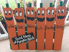 Half pallet with personalized pumpkin family. Cute and unique Halloween Decor. Half pallet with personalized pumpkin family. Cute and unique Halloween Decor. Halloween Signs, Holidays Halloween, Halloween Crafts, Holiday Crafts, Holiday Fun, Halloween Decorations, Pallet Decorations, Halloween Displays, Halloween Stuff