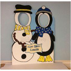 Muñeco de nieve y pingüino de madera cara de agujero foto Op