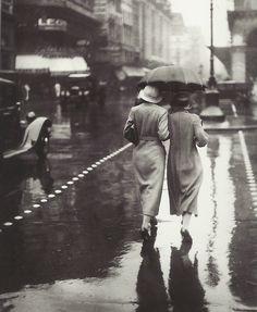 Promeneuses sous la pluie, Paris, 1934 (photographe inconnu) [Strollers in the rain, Paris, 1934 (photographer unknown)]