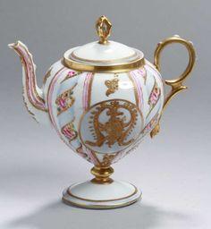 Porzellan-Kanne, wohl England, 19. Jh., runder Stand, kurzer Schaft, bauchiger Korpus, ohrförmiger — Porzellan