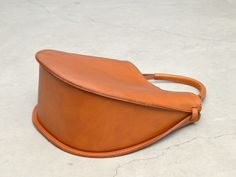 Interesting construction of the handle. Leather Gifts, Leather Bags Handmade, Leather Purses, Leather Handbags, Minimalist Bag, Leather Accessories, Purses And Handbags, Fashion Bags, Creations